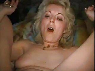 Doble penetración con un gran arnés en su culo y hentay subtitulado una polla en su coño.