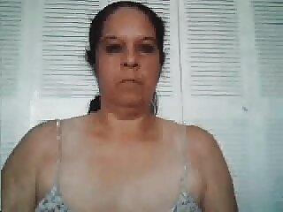 Chica en bikini le pono sub español da masaje sexual a un hombre en la playa