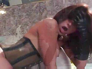 Mujer orinando en incesto sub español un banco cerca de la casa